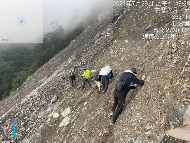 能高越嶺道10.1K處梅雨災害嚴重崩塌,長度逾200公尺,完全無路徑、路基,救援過程驚險。(民眾提供)