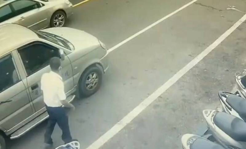 穿著白襯衫、藍色長褲的黃嫌在路上找尋犯案對象。(圖由讀者提供)