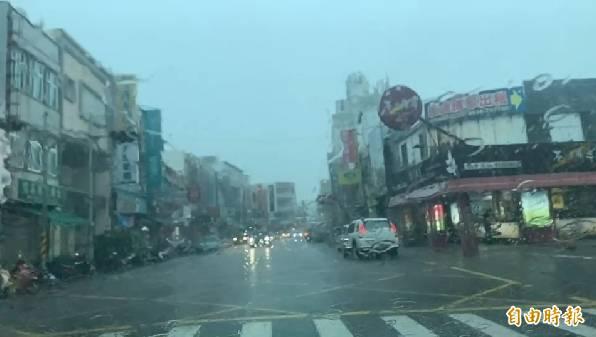 恆春鎮今天降下大雨。(記者陳彥廷攝)