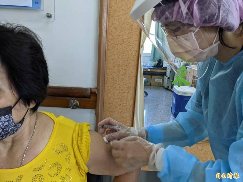 南投疫苗預約平台第4輪、38歲以上民眾開打,縣內除衛生所,還有40多家診所加入施打行列。(記者劉濱銓攝)