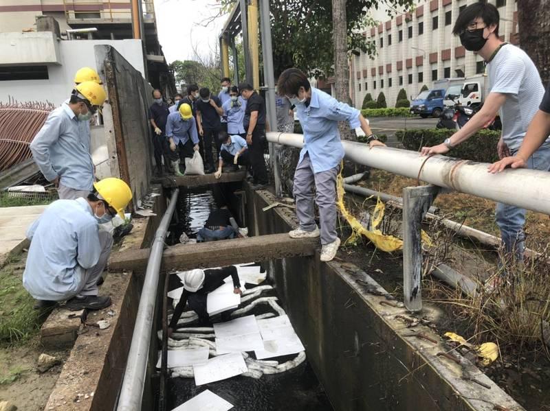 新營土庫里排水溝發現油污,台南環保局責令工廠進行善後。(台南市環保局提供)
