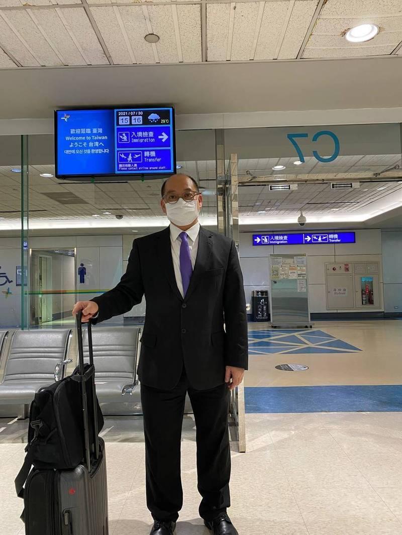 我駐香港辦事處官員拒簽「一中承諾書」,港府刁難不續發簽證,我最後1名駐派官員倪伯嘉簽證7月30日到期,已於今日搭機返台,駐港辦僅剩52名香港雇員維持運作。(陸委會提供)