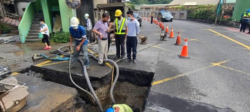 台灣自來水公司第一區管理處在新北市台二線74K+500處,今天下午因汰換管線工程施工不慎,造成1000公厘管線破管搶修,共有基隆中正區、信義區、新北瑞芳區3萬餘戶預估停水一天。(圖為台灣自來水公司提供)