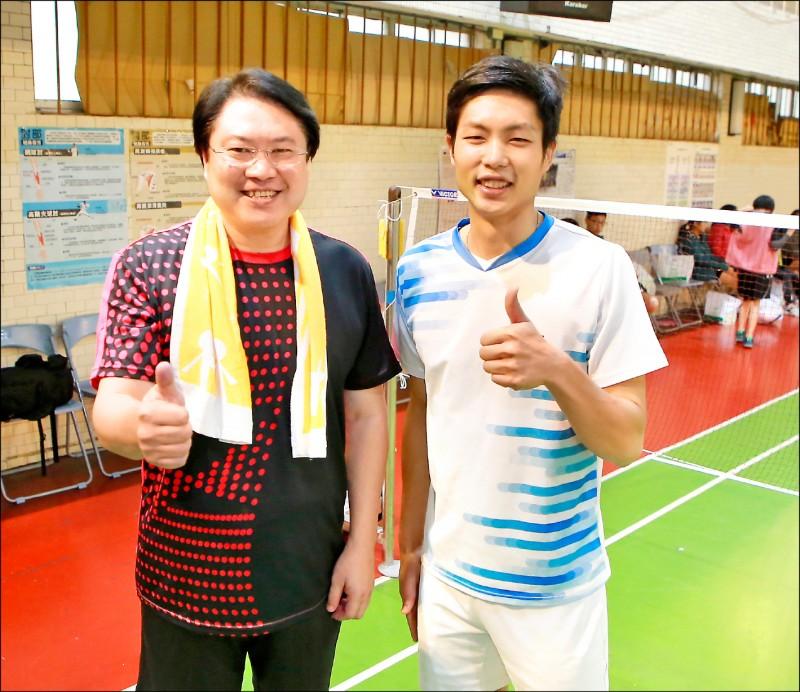 基隆市長林右昌(左)與周天成(右)去年回母校基隆中學一起打球。(基隆市政府提供)
