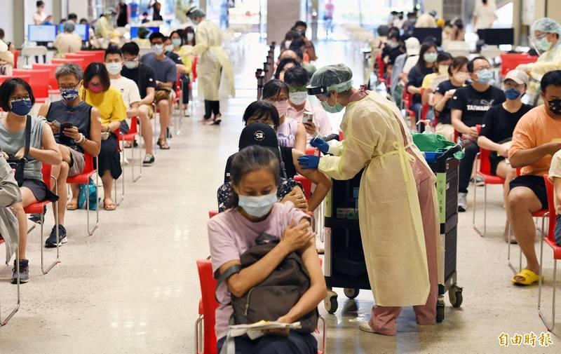 國人踴躍接種武漢肺炎疫苗,涵蓋率已提升到31.86%,圖為台北花博爭艷館大型接種站施打疫苗的畫面。(記者廖振輝攝)