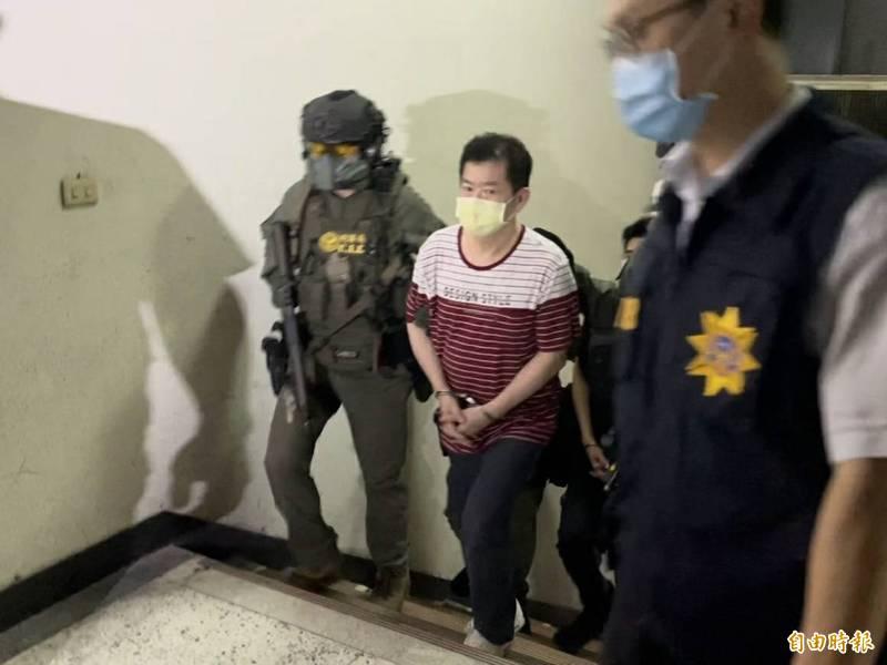 「美鷹會」要角王鑫(中)等人在刑事局除暴特勤隊押解下,移送檢方偵辦。(本報記者攝)