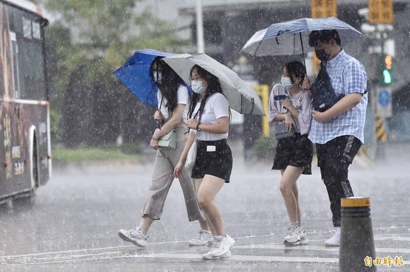 預報員朱美霖說,今晚到明天清晨中南部降雨明顯增多,週六、週日中南部要留意陣雨或雷雨,並有局部大雨或豪雨發生機率,其他各地也有短暫陣雨或雷雨發生機會,且中午過後在熱力作用加強下,容易有降強雨勢出現。(資料照)
