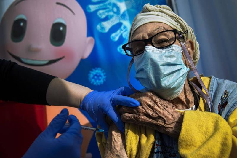 以色列民眾打疫苗畫面。(美聯社)