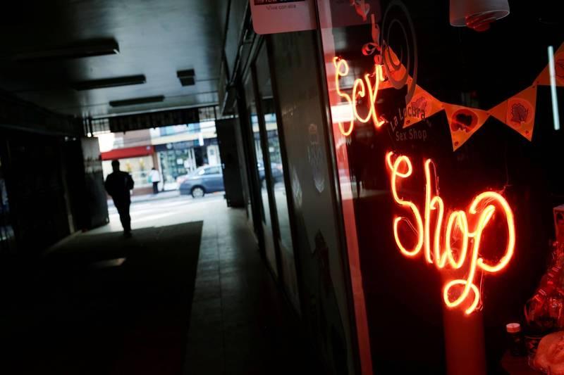 搶匪持刀闖入情趣用品店,正妹店員抄起「45公分連結物」猛擊。示意圖。(路透)