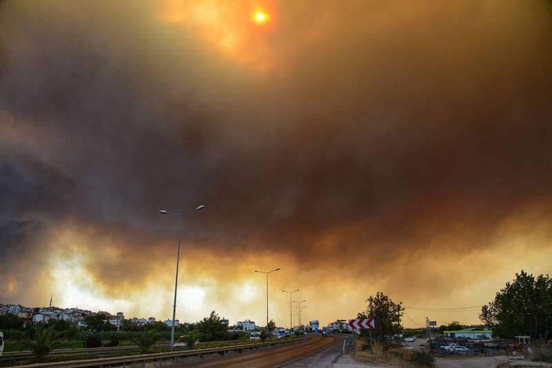 安塔利亞省馬納夫加特市的天空被火災造成的濃煙給遮蔽。(法新社)