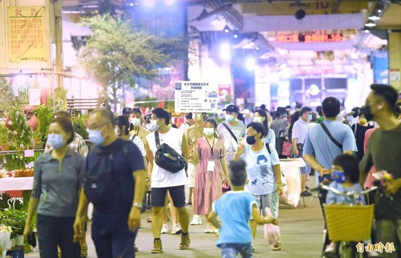 政院宣布7月27日起降為二級警戒,建國假日花市31日恢復營運,規劃6處出入口,採實聯制、量體溫等防疫措施。(記者方賓照攝)