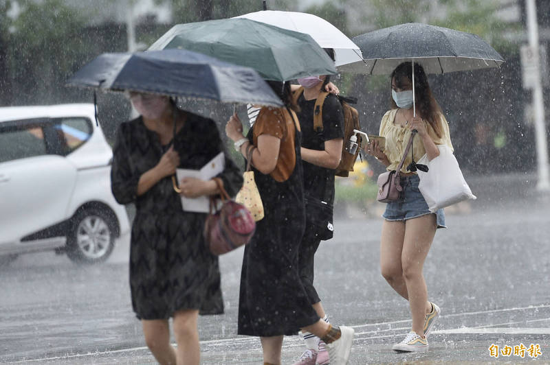 明天(31日)受西南氣流影響,中南部地區降雨更加明顯,尤其南部地區有局部豪雨等級以上發生機率;北東也要留意午後雷陣雨。(資料照)