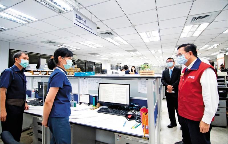 桃園市長鄭文燦(右)到大園區視察華航公司貨運站防疫作為。 (桃園市政府提供)