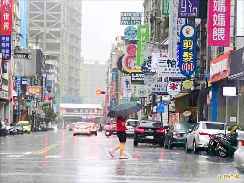 高雄市受西南風影響,昨日雨勢不斷。(記者黃旭磊攝)