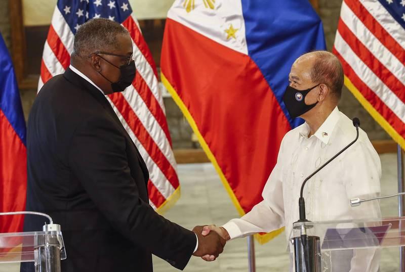 菲律賓國防部長羅倫沙納(右)30日與來訪的美國國防部長奧斯汀(左)會談後宣布,將「全面恢復」在菲國部署美軍部隊和軍事裝備的「軍隊互訪協定」。(美聯社)