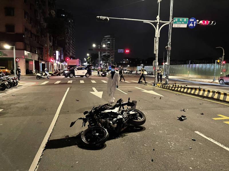 土城警分局凌晨獲報,在金城路三段及延和路有男子躺在路中,機車倒在一旁,零件還散落一地。(記者闕敬倫翻攝)