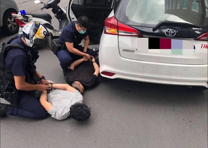 詐欺車手被警方壓制在地。(記者劉慶侯翻攝)