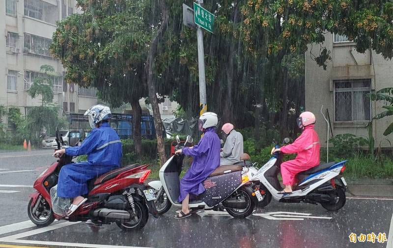 高雄市今下大雨。(記者陳文嬋攝)
