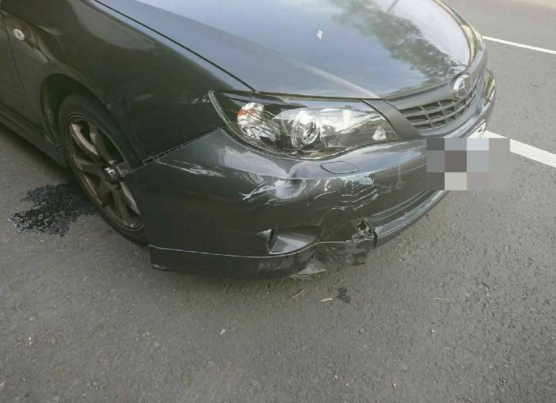 蔡男開車狂追騎機車的妻子,並將妻子撞飛受傷,這起事故還波及路邊多輛機車,警方將蔡男依公共危險罪與傷害罪移送法辦。(警方提供)