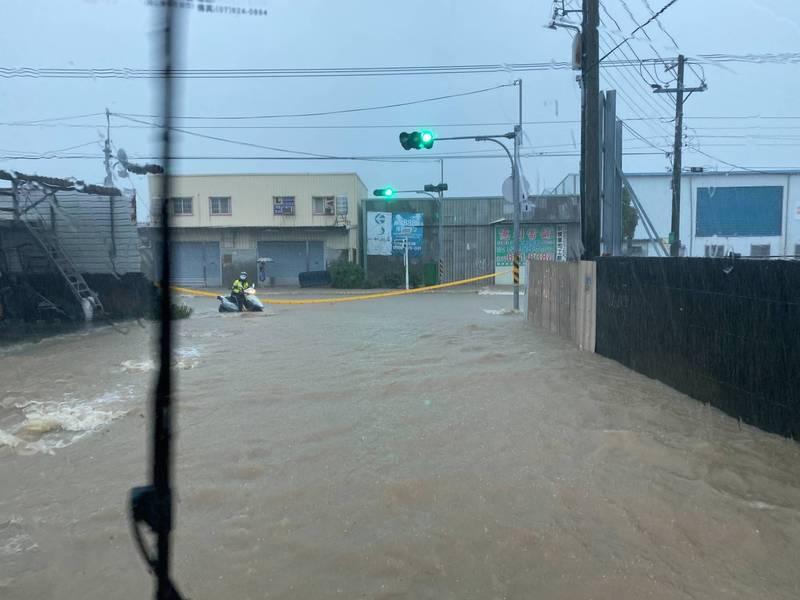 梓官區四維路、忠孝路及信義路積淹水15公分,警方現場拉起封鎖線,提醒民眾改道通行。(民眾提供)