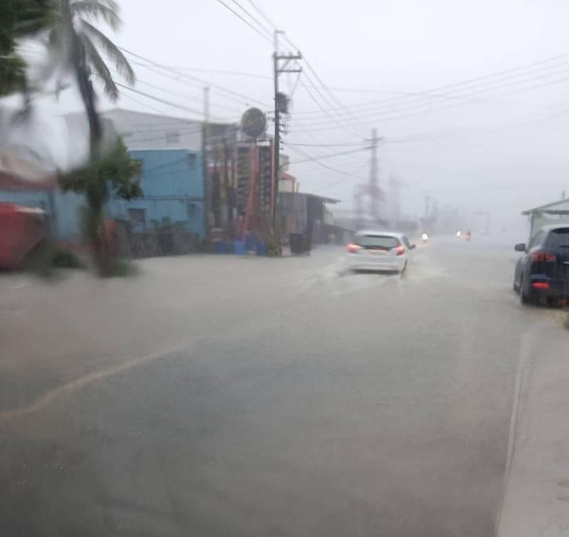 湖內區信義路積淹水。(民眾提供)