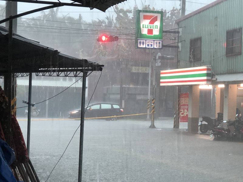 路竹區大公、華正路口及大公路積淹水。(民眾提供)