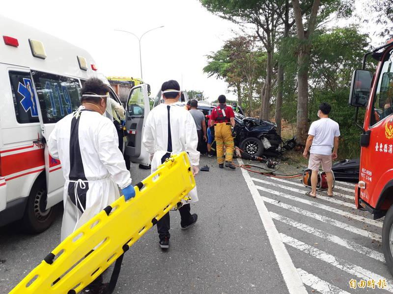台11線知本路段今天上午發生休旅車自撞路樹,一家4口輕重傷的車禍。(記者黃明堂攝)