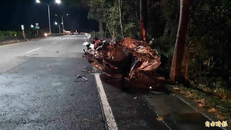 台11線174公里處7月1日淩晨3點發生轎車撞路樹後火燒車,車燒成廢鐵,2人慘死。(資料照,記者黃明堂攝)