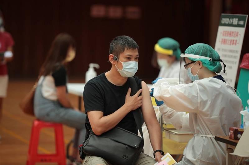 基隆市幫保母打疫苗。(基隆市政府提供)