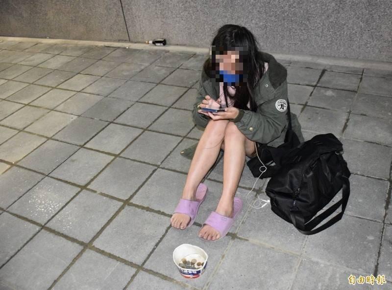 台中地院台中簡易庭裁定兩名乞丐不罰,圖為去年知名的「24歲短褲妹」乞討畫面,與本案無關。(資料照)
