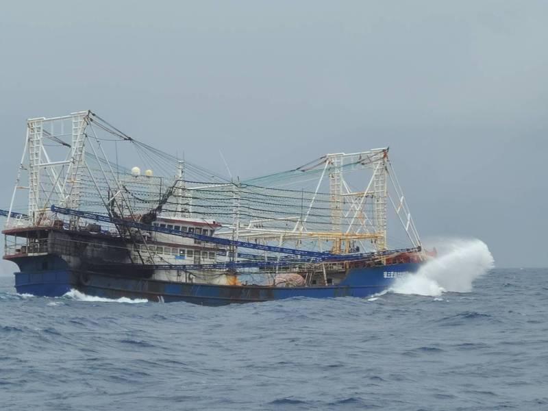 中國籍漁船出現台東蘭嶼海域。(漁民提供)