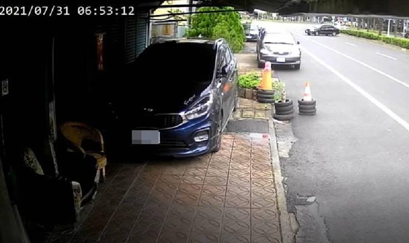嘉義市一輛轎車(右上)打滑後撞擊路旁車輛及房屋。(民眾提供)