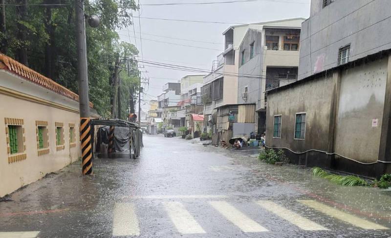 南市南區灣裡路巷道一度積淹水。(南市水利局提供)