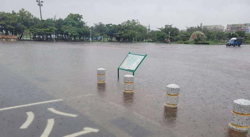 南區喜樹灣裡聚落,部份區域上午一度積淹水。(圖由南市府提供)