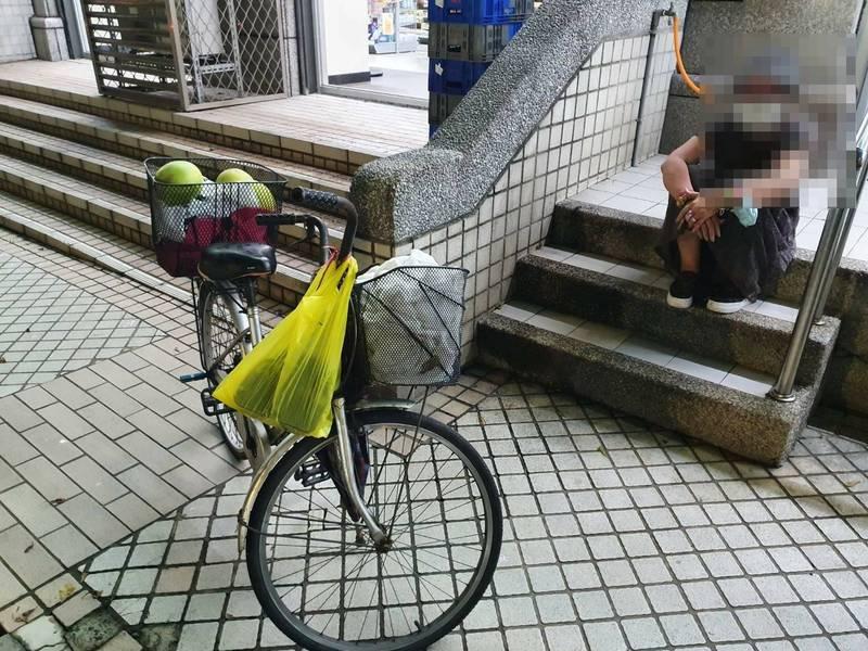 徐姓老婦狼狽坐在便利商店旁。(警方提供)