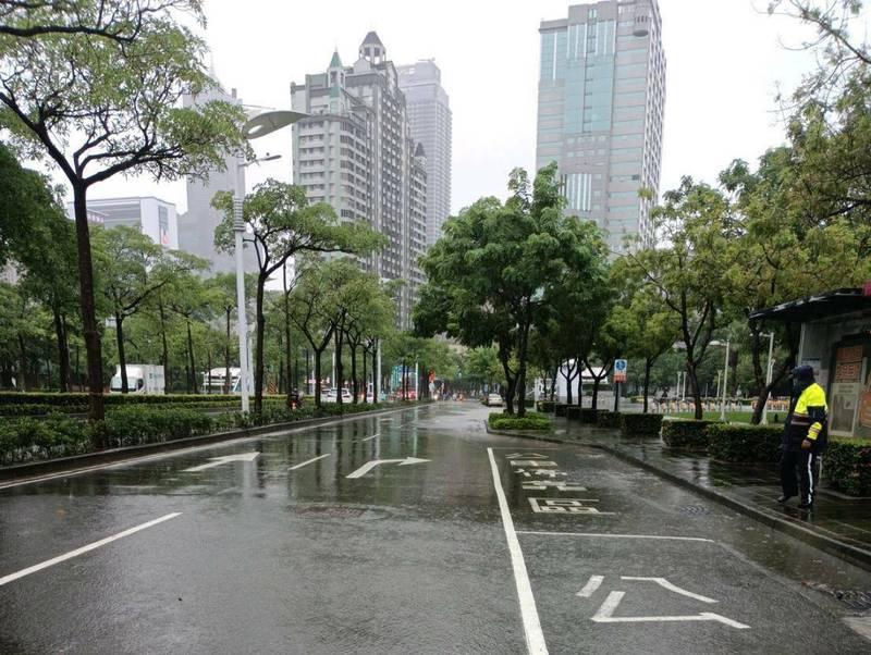 高雄市前鎮區中山三路近民權二路口,因突然強降雨,較低窪的路段稍有積水。(民眾提供)