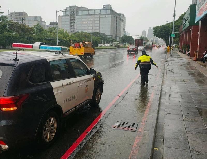 高雄市前鎮區成功二路路邊因大雨稍有積水,但水也很快就消退。(民眾提供)