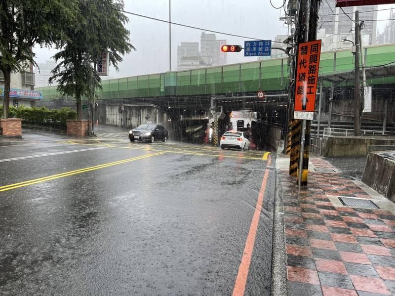 新北今天下午降下大雨,消防單位出動查看災情,雖暫無災情,仍呼籲民眾嚴防淹水、勿進入山區。(記者吳仁捷翻攝,消防提供)