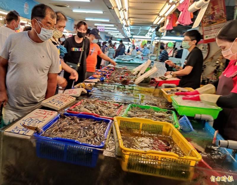 竹圍漁港魚貨直銷中心單雙分流取消,週末假日民眾排隊入場採買魚貨。(記者鄭淑婷攝)