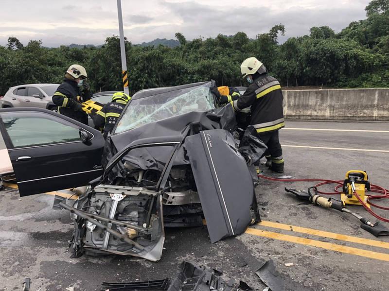 南投市中興路上傍晚發生5車連環撞車禍,黑色轎車車頭嚴重毀損。(南投縣消防局提供)