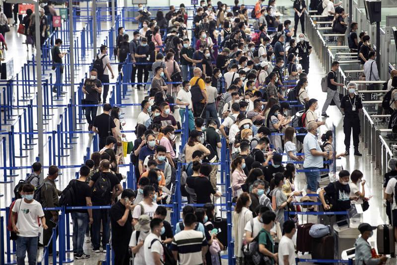 中國疫情狂燒,南京景區管制遲宣布,揚州機場航班慘停。中國機場示意圖。(彭博社)
