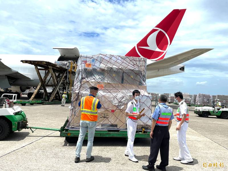 土耳其航空載運立陶宛贈台疫苗抵達桃園機場。(記者朱沛雄攝)