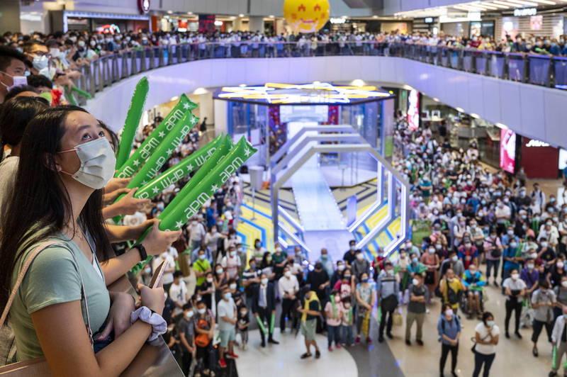 張家朗26日在男子個人鈍劍項目奪下香港移交中國後首面奧運金牌,當天有數百名民眾聚集在購物商場收看現場直播,據稱有人在播放中國國歌時發出噓聲,並高呼「We are Hong Kong」。圖為港人聚集觀看奧運賽事直播。(歐新社)