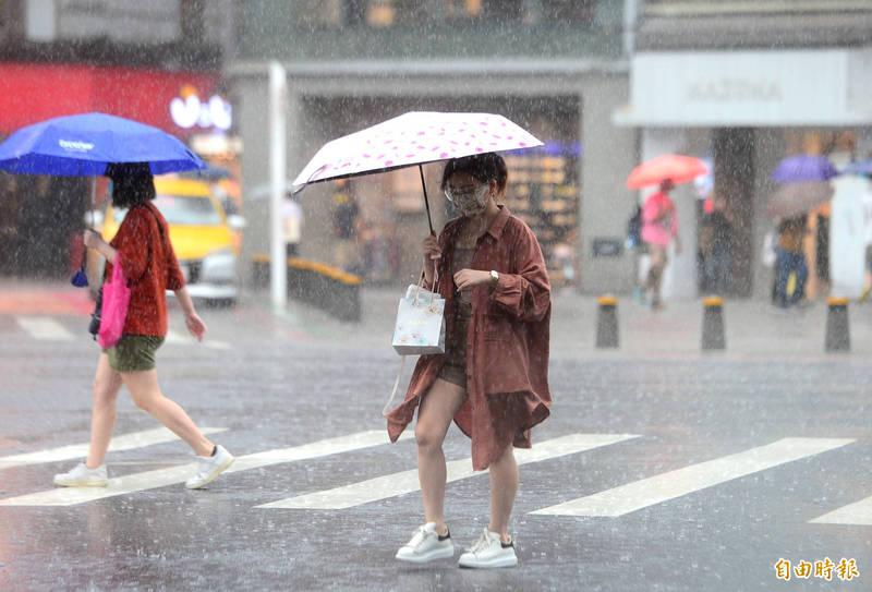 中央氣象局表示,西南氣流影響及午後對流發展旺盛,易有短延時強降雨,今(31日)台北市、台南市、高雄市及屏東縣有局部大雨或豪雨。(記者王藝菘攝)