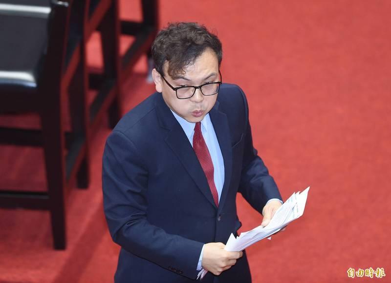 國民黨立法委員鄭正鈐在臉書貼出圖卡祝賀林昀儒勇奪銅牌,引發軒然大波。(資料照)
