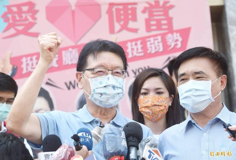 郝龍斌(右一)批評,政府不該讓民眾施打未經三期試驗的高端疫苗,他正準備提訴願,聲請停止高端緊急使用授權(EUA)發放。(記者方賓照攝)
