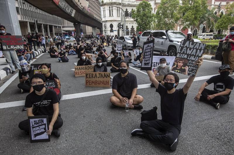 馬來西亞民眾認為政府抗疫不力,今(31)日在首都吉隆坡舉行大規模示威活動。(歐新社)