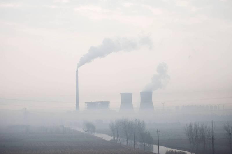 中國目前的碳排放量約占全球排量27%,為全球最大碳排放國。圖為河北省滄州市一處火力發電廠。(法新社檔案照)