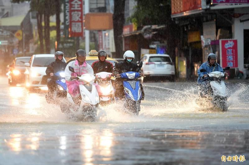因西南氣流帶來大雨,台南市、高雄市明日停班停課。(資料照)