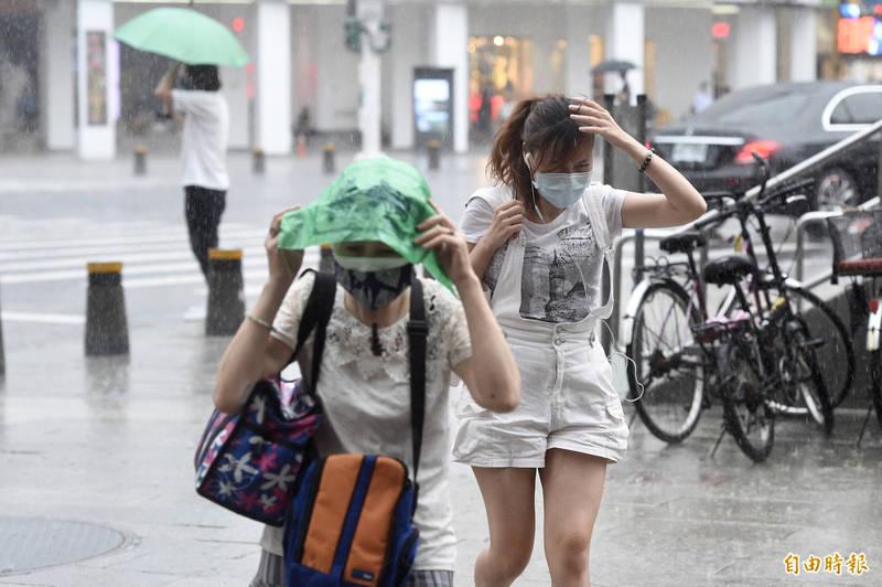 氣象局指出,受到西南氣流影響及午後對流發展旺盛,各地易有短延時強降雨。(資料照)